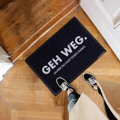 """Geh weg. Außer du hast Essen dabei - schwarze Fußmatte mit Spruch von VS"""""""