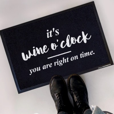 It's wine o'clock. You are right on time. - Fußmatte