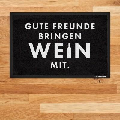 """Gute Freunde bringen Wein mit - Fußmatte mit Spruch von VS"""""""